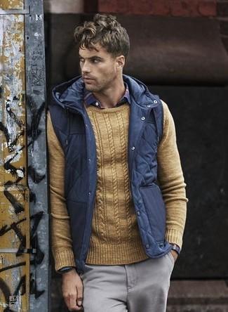 Wie kombinieren: dunkelblaue gesteppte ärmellose Jacke, beige Pullover mit einem Rundhalsausschnitt, rotes und dunkelblaues Langarmhemd mit Schottenmuster, graue Chinohose