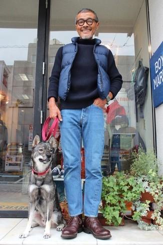 Wie kombinieren: dunkelblaue gesteppte ärmellose Jacke, dunkelblauer Strick Rollkragenpullover, blaue Jeans, dunkelbraune Chukka-Stiefel aus Leder