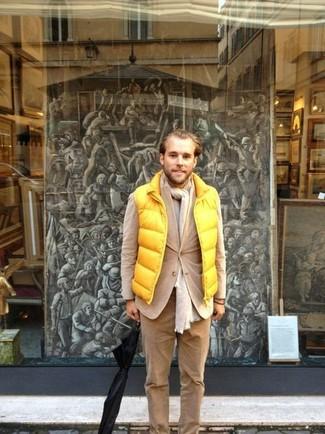 Beige Cord Chinohose kombinieren: trends 2020: Kombinieren Sie eine gelbe ärmellose Jacke mit einer beige Cord Chinohose für ein Alltagsoutfit, das Charakter und Persönlichkeit ausstrahlt.