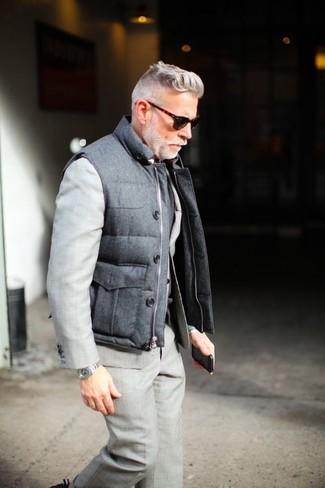 50 Jährige: Dunkelgraue gesteppte ärmellose Jacke kombinieren – 4 Herren Outfits: Kombinieren Sie eine dunkelgraue gesteppte ärmellose Jacke mit einem grauen Anzug für einen stilvollen, eleganten Look.
