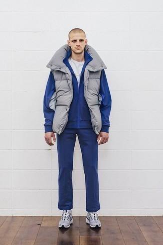 Trainingsanzug kombinieren: trends 2020: Ein Trainingsanzug und eine graue ärmellose Jacke sind eine kluge Outfit-Formel für Ihre Sammlung. Fühlen Sie sich mutig? Vervollständigen Sie Ihr Outfit mit grauen Sportschuhen.