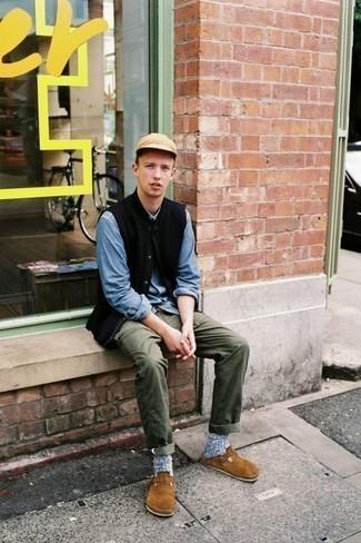 Schwarze ärmellose Jacke kombinieren: trends 2020: Tragen Sie eine schwarze ärmellose Jacke und eine olivgrüne Chinohose für ein Alltagsoutfit, das Charakter und Persönlichkeit ausstrahlt. Fühlen Sie sich ideenreich? Ergänzen Sie Ihr Outfit mit rotbraunen Wildleder Slippern.