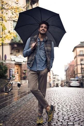 Braune Chinohose kombinieren: trends 2020: Kombinieren Sie eine braune ärmellose Jacke mit einer braunen Chinohose, um mühelos alles zu meistern, was auch immer der Tag bringen mag. Wählen Sie die legere Option mit senf Sportschuhen.