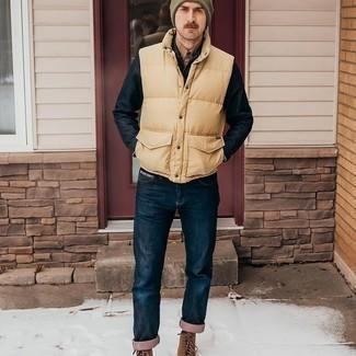 Braune Wildlederfreizeitstiefel kombinieren – 250 Herren Outfits: Kombinieren Sie eine gelbe gesteppte ärmellose Jacke mit dunkelblauen Jeans für ein sonntägliches Mittagessen mit Freunden. Fühlen Sie sich mutig? Vervollständigen Sie Ihr Outfit mit einer braunen Wildlederfreizeitstiefeln.