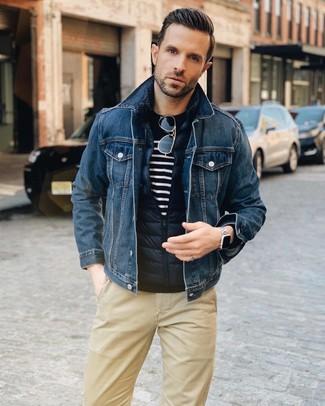 Wie kombinieren: dunkelblaue gesteppte ärmellose Jacke, dunkelblaue Jeansjacke, dunkelblauer und weißer horizontal gestreifter Pullover mit einem Rundhalsausschnitt, beige Chinohose