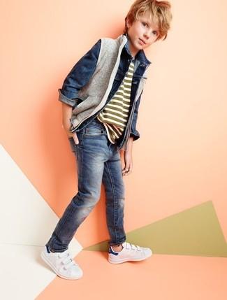 Wie kombinieren: graue ärmellose Jacke, dunkelblaue Jeansjacke, olivgrünes horizontal gestreiftes T-shirt, dunkelblaue Jeans