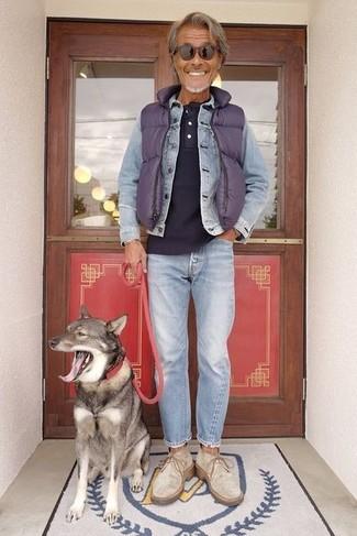 Wie kombinieren: violette gesteppte ärmellose Jacke, hellblaue Jeansjacke, dunkelblaues T-shirt mit einer Knopfleiste, hellblaue Jeans