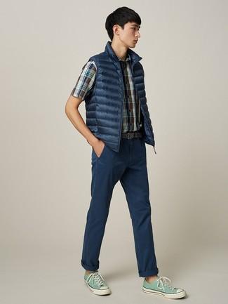 Wie kombinieren: dunkelblaue ärmellose Jacke, dunkelblaues Kurzarmhemd mit Schottenmuster, dunkelblaue Chinohose, mintgrüne Segeltuch niedrige Sneakers