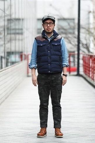 Braune Lederfreizeitstiefel kombinieren: trends 2020: Paaren Sie eine dunkelblaue gesteppte ärmellose Jacke mit einer dunkelgrauen Camouflage Cargohose für ein sonntägliches Mittagessen mit Freunden. Eine braune Lederfreizeitstiefel putzen umgehend selbst den bequemsten Look heraus.
