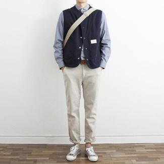 Braunen Ledergürtel kombinieren: trends 2020: Vereinigen Sie eine dunkelblaue ärmellose Jacke mit einem braunen Ledergürtel für einen entspannten Wochenend-Look. Heben Sie dieses Ensemble mit grauen Segeltuch niedrigen Sneakers hervor.