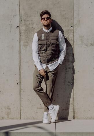 Silberne Uhr kombinieren – 500+ Herren Outfits: Kombinieren Sie eine braune gesteppte ärmellose Jacke mit einer silbernen Uhr für einen entspannten Wochenend-Look. Fühlen Sie sich mutig? Entscheiden Sie sich für weiße Segeltuch niedrige Sneakers.