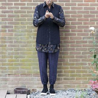 Schwarze Slip-On Sneakers aus Wildleder kombinieren – 13 Herren Outfits: Arbeitsreiche Tage verlangen nach einem einfachen, aber dennoch stylischen Outfit, wie zum Beispiel eine dunkelblaue gesteppte ärmellose Jacke und eine dunkelblaue Chinohose. Schwarze Slip-On Sneakers aus Wildleder sind eine großartige Wahl, um dieses Outfit zu vervollständigen.