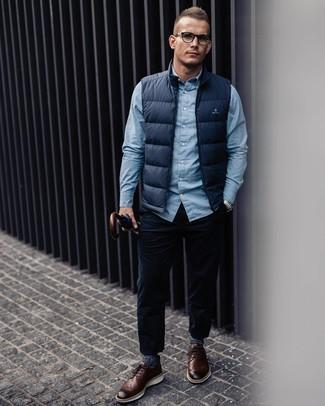 Wie kombinieren: dunkelblaue ärmellose Jacke, hellblaues Langarmhemd, dunkelblaue Cordjeans, braune Leder Brogues