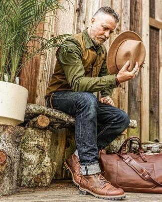 Herren Outfits 2021: Die Kombination von einer beige ärmelloser Jacke und dunkelblauen Jeans erlaubt es Ihnen, Ihren Freizeitstil klar und einfach zu halten. Ergänzen Sie Ihr Outfit mit einer braunen Lederfreizeitstiefeln, um Ihr Modebewusstsein zu zeigen.