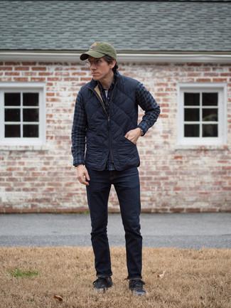 Schwarze niedrige Sneakers kombinieren: trends 2020: Paaren Sie eine dunkelblaue gesteppte ärmellose Jacke mit dunkelblauen Jeans, um mühelos alles zu meistern, was auch immer der Tag bringen mag. Schwarze niedrige Sneakers sind eine ideale Wahl, um dieses Outfit zu vervollständigen.