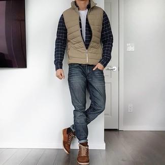 Hemd kombinieren – 500+ Herren Outfits: Erwägen Sie das Tragen von einem Hemd und dunkelgrauen Jeans, um einen lockeren, aber dennoch stylischen Look zu erhalten. Machen Sie Ihr Outfit mit braunen hohen Sneakers aus Wildleder eleganter.