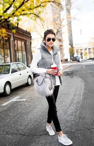 Wie kombinieren: graue gesteppte ärmellose Jacke, weißes Langarmshirt, schwarze Chinohose, graue niedrige Sneakers