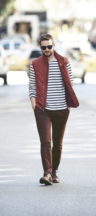 Wie kombinieren: rote gesteppte ärmellose Jacke, weißes und schwarzes horizontal gestreiftes Langarmshirt, braune Chinohose, dunkelbraune Lederfreizeitstiefel