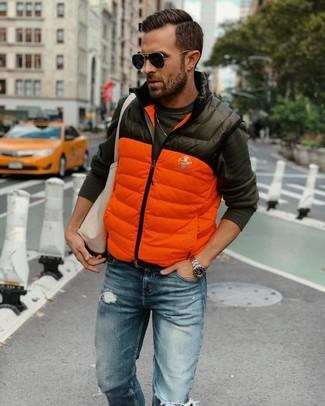 Wie kombinieren: orange gesteppte ärmellose Jacke, dunkelgraues Langarmshirt, blaue Jeans mit Destroyed-Effekten, hellbeige Shopper Tasche aus Segeltuch
