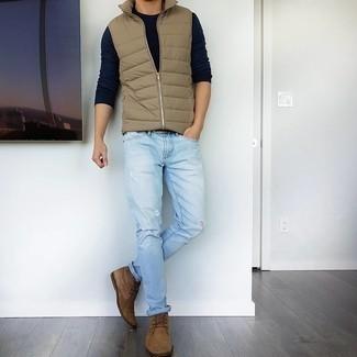 Hellblaue Jeans mit Destroyed-Effekten kombinieren – 500+ Herren Outfits: Kombinieren Sie eine beige gesteppte ärmellose Jacke mit hellblauen Jeans mit Destroyed-Effekten für einen entspannten Wochenend-Look. Fühlen Sie sich ideenreich? Entscheiden Sie sich für braunen Chukka-Stiefel aus Wildleder.