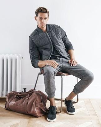 Graue Jogginghose kombinieren: trends 2020: Tragen Sie eine graue Wollärmellose jacke und eine graue Jogginghose für ein großartiges Wochenend-Outfit. Ergänzen Sie Ihr Look mit dunkelgrauen Wildleder niedrigen Sneakers.