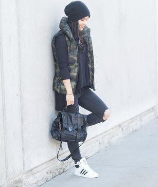 Wie kombinieren: dunkelgrüne Camouflage ärmellose Jacke, schwarzer Oversize Pullover, dunkelgraue enge Jeans mit Destroyed-Effekten, weiße hohe Sneakers aus Leder