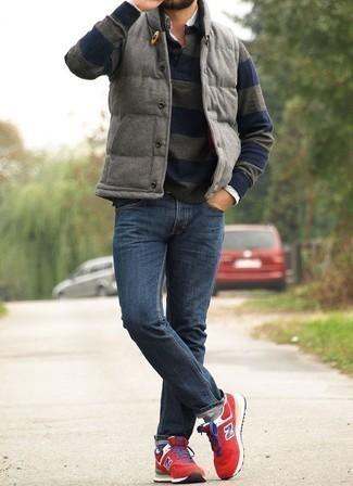 Graue gesteppte ärmellose Jacke kombinieren – 28 Herren Outfits: Entscheiden Sie sich für eine graue gesteppte ärmellose Jacke und dunkelblauen Jeans für einen bequemen Alltags-Look. Suchen Sie nach leichtem Schuhwerk? Vervollständigen Sie Ihr Outfit mit roten Sportschuhen für den Tag.