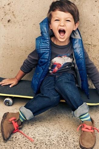 Wie kombinieren: blaue ärmellose Jacke, dunkelgrauer Pullover, dunkelblaue Jeans, beige Chukka-Stiefel