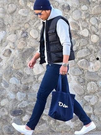 20 Jährige: Dunkelblaue Shopper Tasche aus Segeltuch kombinieren: Eine schwarze gesteppte ärmellose Jacke und eine dunkelblaue Shopper Tasche aus Segeltuch sind eine kluge Outfit-Formel für Ihre Sammlung. Weiße Slip-On Sneakers aus Segeltuch putzen umgehend selbst den bequemsten Look heraus.