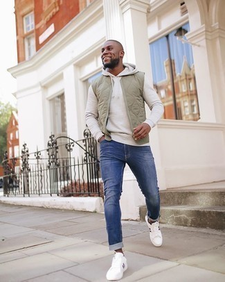 Hellbeige Pullover mit einem Kapuze kombinieren – 92 Herren Outfits: Kombinieren Sie einen hellbeige Pullover mit einem Kapuze mit blauen Jeans für ein großartiges Wochenend-Outfit. Weiße bedruckte Segeltuch niedrige Sneakers sind eine perfekte Wahl, um dieses Outfit zu vervollständigen.
