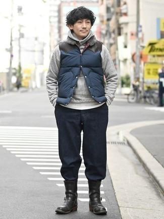 Dunkelblaue gesteppte ärmellose Jacke kombinieren – 143 Herren Outfits: Arbeitsreiche Tage verlangen nach einem einfachen, aber dennoch stylischen Outfit, wie zum Beispiel eine dunkelblaue gesteppte ärmellose Jacke und eine dunkelblaue Chinohose. Fühlen Sie sich ideenreich? Wählen Sie schwarzen Chelsea Boots aus Leder.