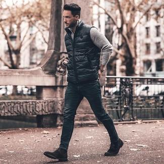 Wie kombinieren: schwarze ärmellose Jacke, grauer Pullover mit einem Reißverschluss am Kragen, dunkelblaue enge Jeans, schwarze Wildlederformelle stiefel