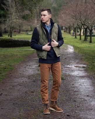 Pullover mit einem Reißverschluss am Kragen kombinieren – 247 Herren Outfits: Kombinieren Sie einen Pullover mit einem Reißverschluss am Kragen mit einer rotbraunen Chinohose für ein Alltagsoutfit, das Charakter und Persönlichkeit ausstrahlt. Eine braune Lederfreizeitstiefel sind eine kluge Wahl, um dieses Outfit zu vervollständigen.