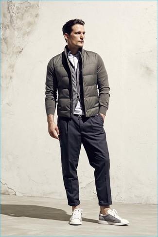 Wie kombinieren: olivgrüne ärmellose Jacke, grauer Pullover mit einem Reißverschluß, weißes Polohemd, dunkelgraue vertikal gestreifte Anzughose