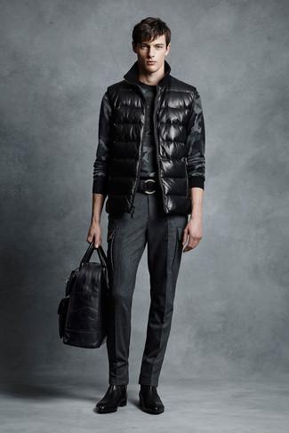 Wie kombinieren: schwarze ärmellose Jacke, dunkelgrauer Camouflage Pullover mit einem Rundhalsausschnitt, dunkelgraue Wollanzughose, schwarze Chelsea-Stiefel aus Leder
