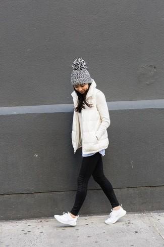 Weiße Sportschuhe kombinieren – 8 Herbst Damen Outfits: Kombinieren Sie eine weiße ärmellose Jacke mit schwarzen Leggings für einen großartigen Alltags-Look. Fühlen Sie sich ideenreich? Entscheiden Sie sich für weißen Sportschuhe. Dieses Outfit eignet sich hervorragend für den Herbst.