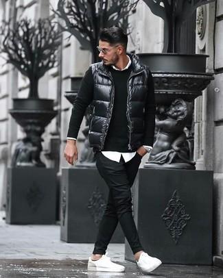Wie kombinieren: schwarze gesteppte ärmellose Jacke, schwarzer Pullover mit einem Rundhalsausschnitt, weißes Businesshemd, schwarze Chinohose