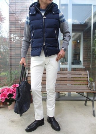 Wie kombinieren: dunkelblaue gesteppte ärmellose Jacke, grauer Pullover mit einem Rundhalsausschnitt mit Fair Isle-Muster, weiße Chinohose, schwarze Leder Derby Schuhe