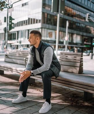 Schwarze Socken kombinieren: trends 2020: Eine schwarze ärmellose Jacke und schwarze Socken vermitteln eine sorglose und entspannte Atmosphäre. Weiße Leder niedrige Sneakers bringen klassische Ästhetik zum Ensemble.
