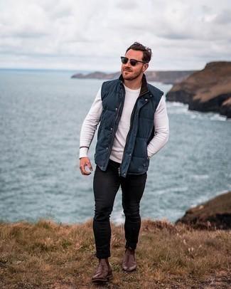 Dunkelblaue gesteppte ärmellose Jacke kombinieren – 143 Herren Outfits: Entscheiden Sie sich für eine dunkelblaue gesteppte ärmellose Jacke und schwarzen enge Jeans für einen entspannten Wochenend-Look. Fühlen Sie sich ideenreich? Wählen Sie dunkelbraunen Chelsea Boots aus Leder.