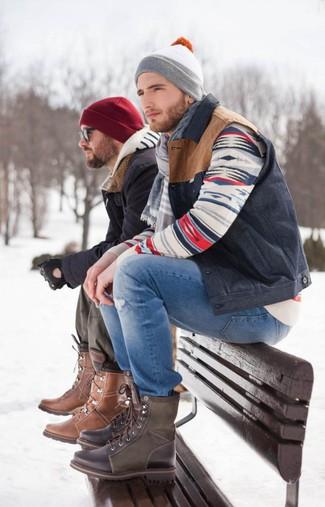Blaue Jeans mit Destroyed-Effekten kombinieren: trends 2020: Eine dunkelblaue ärmellose Jacke und blaue Jeans mit Destroyed-Effekten vermitteln eine sorglose und entspannte Atmosphäre. Fühlen Sie sich mutig? Wählen Sie eine dunkelbraune Lederfreizeitstiefel.