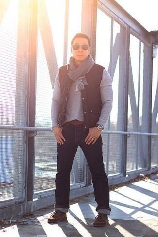 Herren Outfits & Modetrends 2020: Vereinigen Sie eine schwarze ärmellose Jacke mit dunkelblauen Jeans für ein bequemes Outfit, das außerdem gut zusammen passt. Braune Chukka-Stiefel aus Wildleder sind eine ideale Wahl, um dieses Outfit zu vervollständigen.