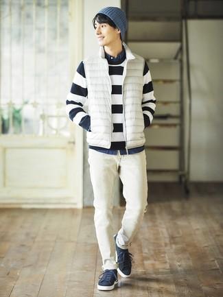 Wie kombinieren: weiße ärmellose Jacke, dunkelblauer und weißer horizontal gestreifter Pullover mit einem Rundhalsausschnitt, dunkelblaues Jeanshemd, weiße Jeans