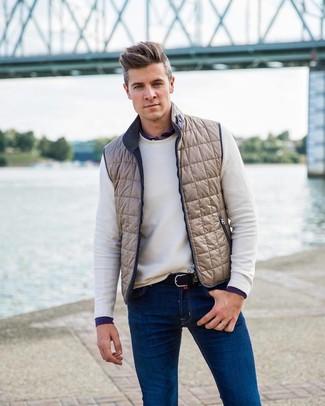 Wie kombinieren: hellbeige ärmellose Jacke, weißer Pullover mit einem Rundhalsausschnitt, dunkelblaues Langarmhemd, blaue Jeans