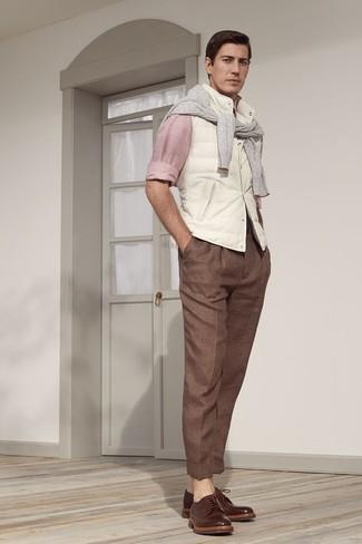 Wie kombinieren: weiße ärmellose Jacke, grauer Pullover mit einem Rundhalsausschnitt, rosa Langarmhemd, braune Anzughose