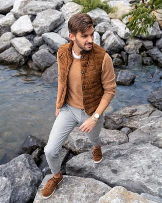 Wie kombinieren: rotbraune Wildleder ärmellose Jacke, beige Pullover mit einem Rundhalsausschnitt, weißes T-Shirt mit einem Rundhalsausschnitt, graue Chinohose