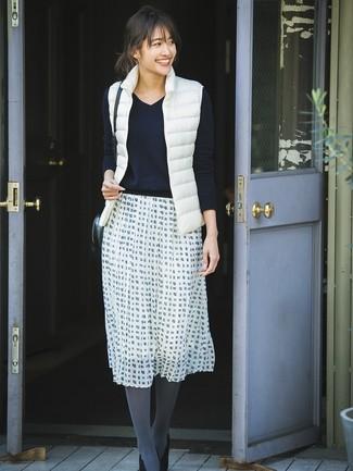 Wie kombinieren: weiße ärmellose Jacke, schwarzer Pullover mit einem V-Ausschnitt, weißer und schwarzer ausgestellter Rock mit Karomuster, schwarze Wildleder Pumps