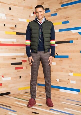 Wie kombinieren: dunkelgrüne ärmellose Jacke, dunkelblauer Pullover mit einem V-Ausschnitt, weißes vertikal gestreiftes Businesshemd, braune Wollanzughose mit Karomuster