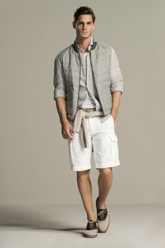 Dunkelgraue gesteppte ärmellose Jacke kombinieren – 1 Sommer Herren Outfits: Paaren Sie eine dunkelgraue gesteppte ärmellose Jacke mit weißen Shorts, um einen lockeren, aber dennoch stylischen Look zu erhalten. Ergänzen Sie Ihr Outfit mit grauen Wildleder Oxford Schuhen, um Ihr Modebewusstsein zu zeigen. Dieses Outfit eignet sich ideal für den Sommer.