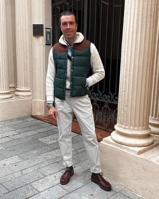 Hellblaues Langarmhemd kombinieren – 500+ Herren Outfits: Erwägen Sie das Tragen von einem hellblauen Langarmhemd und einer weißen Chinohose für ein sonntägliches Mittagessen mit Freunden. Dunkelrote Chukka-Stiefel aus Leder sind eine kluge Wahl, um dieses Outfit zu vervollständigen.